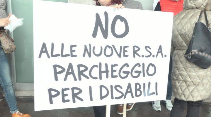 Sanità Puglia, le famiglie pugliesi dei disabili protestano davanti al Consiglio regionale
