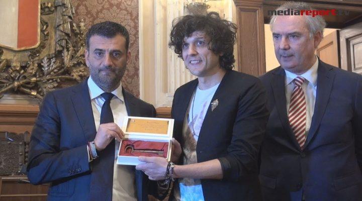 Bari, Ermal Meta riceve le chiavi della Città