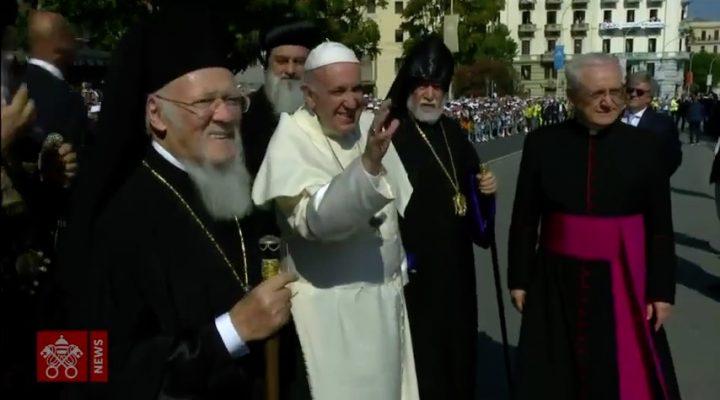 """Papa Francesco a Bari, omaggio a San Nicola e preghiera per il Medio Oriente: """"Vi siamo vicini"""""""