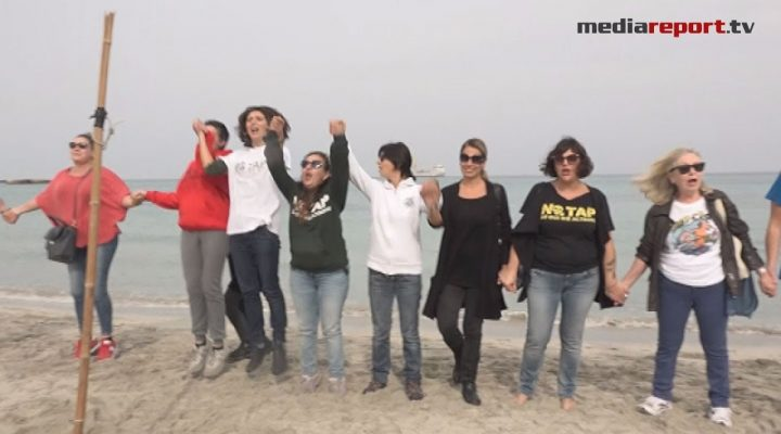 """#mammenotap: """"'Ora e sempre resistenza"""" flashmob sulla spiaggia di San Foca"""