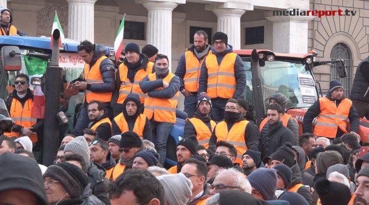 Gilet arancioni, l'invasione pacifica di tremila agricoltori pugliesi a Bari -mediareport.tv-