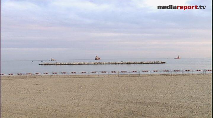 E la nave non c'è più: l'Efe Murat toglie il disturbo, la spiaggia è liberata