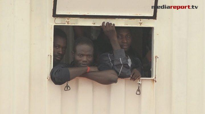 Migranti, a Taranto lo sbarco dei 176 a bordo della Ocean Viking