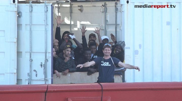 Ocean Vikings approda a Taranto, a bordo 403 migranti