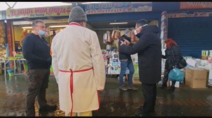 """Emergenza covid, blitz di Decaro al mercato di S. Scolastica: """"Non maltrattate i vigili, chiudo tutto"""""""
